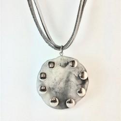 Colar de couro cinza com maxi pingente em acrílico